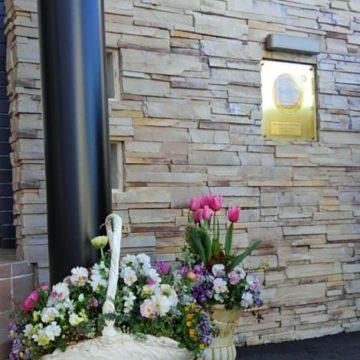石積みの外壁に乳白色の鉢がぴったりです!